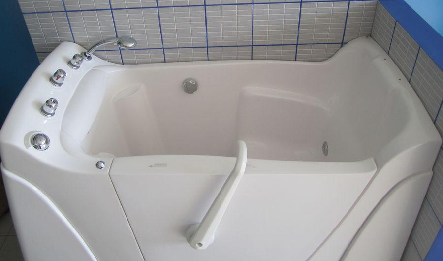 Bagni disabili anziani vasche con porta